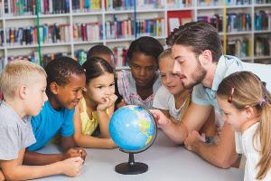 internationale Schüler mit Globus und Lehrer
