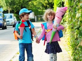 Zwei Kinder mit Schultüten zur Einschulung