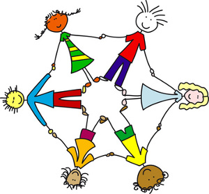 Sechs Kinder verschiedener Nationalitäten halten sich im Kreis an den Händen